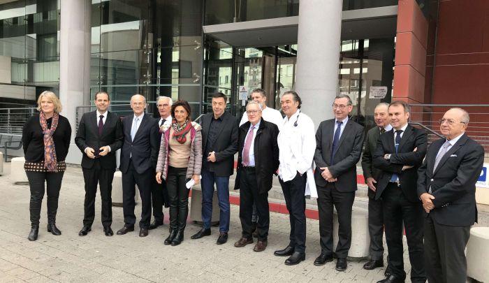 Martine Vassal et Yves Moraine entourés des administrateurs, de la Direction de l'Hôpital et des médecins de l'Hôpital